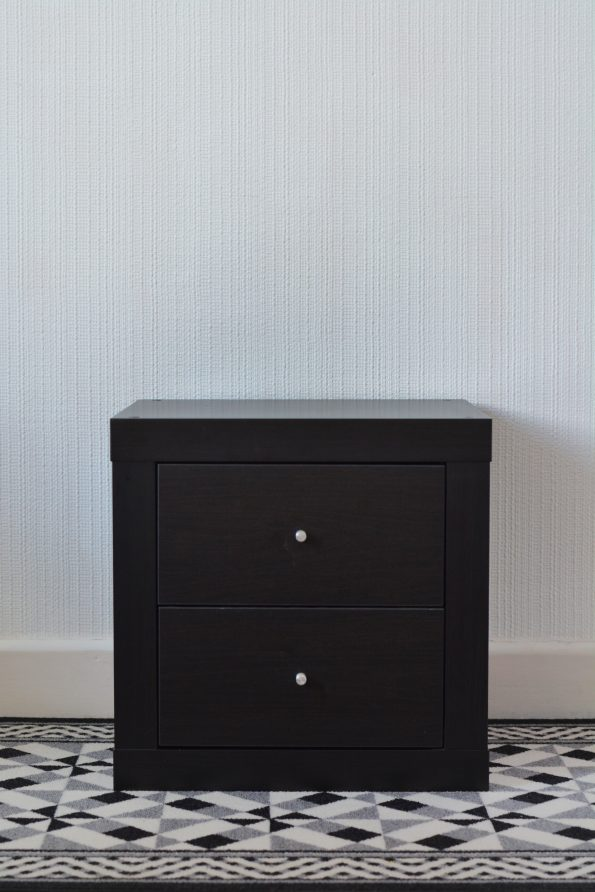 IKEA hack : transformer une table de nuit expedit